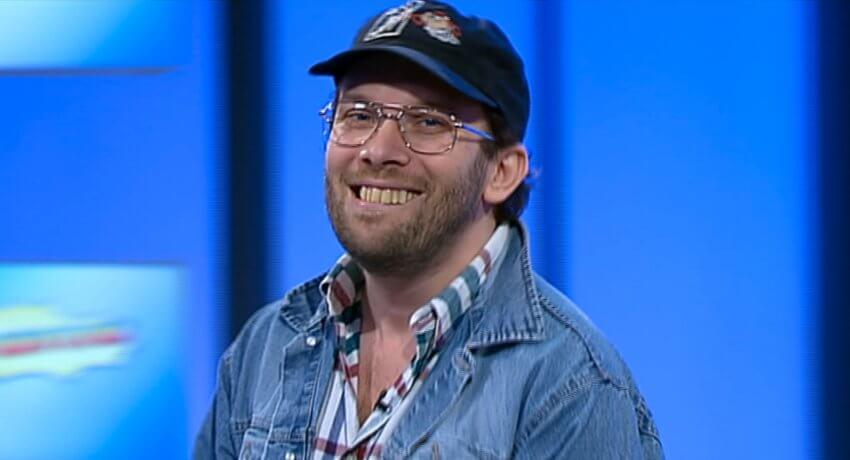 """Christian Ulmen moderiert """"Who Wants to Fuck My Girlfriend?"""" in seiner Rolle als Uwe Wöllner, dem fernsehsüchtigen, ungepflegten und unterbelichteten Abziehbild eines Durchschnittstypen."""