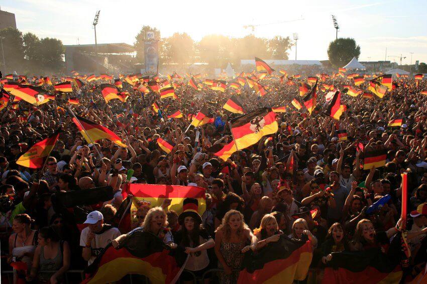 Public Viewing zur EM 2012 in Hamburg: Deutschland, eine Fanmeile