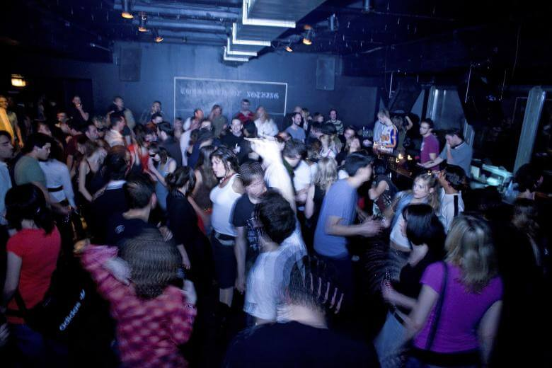 Menschen tanzen trotz des Tanzverbots